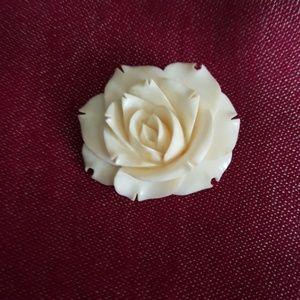 Jewelry - 🎁🎁🎁Vintage Ivory Rose Brooch